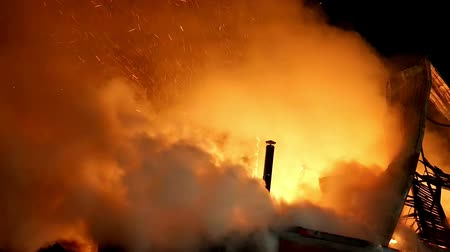 kaza : House building on fire at night. Blaze Inferno conflagration and combustion. Stok Video