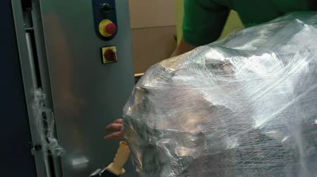 bagagem : Wrapping luggage baggage bag at the airport terminal for security reason and safety protection from damage.