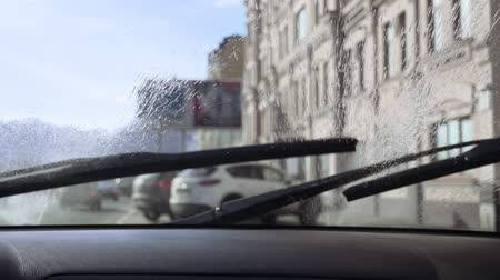 pulverização : Windshield wiper and car windscreen washer in slow motion
