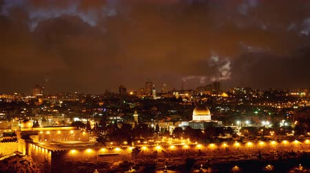 jeruzalém : Jerusalem old city lights. Bright lights at night over Jerusalem old city Temple mount, Dome of the Rock and Al Aqsa mosque timelapse. Dostupné videozáznamy