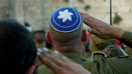 idf : Israeli soldier military man saluting to the Western wall in Jerusalem. Western wall or Wailing wall or Kotel is the most sacred place for all jewish people.