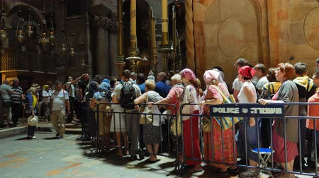 sepulcher : Jerusalem, Israel - May 25, 2017: People are waiting in a line to enter into Jesus Empty tomb in Jerusalem in the Holy Sepulcher Church. The Church and Empty Tomb the sacred places for all Christians. Stock Footage