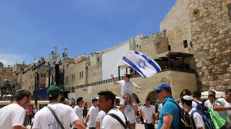 jeruzalém : Jerusalem, Israel - May 25, 2017: Jews dancing in a round with flag celebrating the Jerusalem Day at Western Wall (Wailing Wall, Kotel) the most sacred place for all jews and jewish in the world.