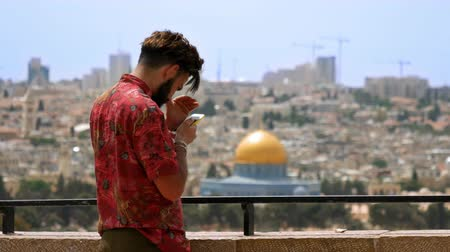 filistin : Jerusalem, Israel - May 25, 2017: Tourist takes a photo and selfie against Jerusalem Old City view. Mount of Olives is a famous Holy Land place and it has a fantastic view to the Old Jerusalem