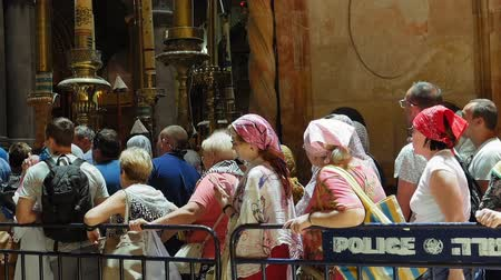 dolorosa : Jerusalem, Israel - May 25, 2017: People are waiting in a line to enter into Jesus Empty tomb in Jerusalem in the Holy Sepulcher Church. The Church and Empty Tomb the sacred places for all Christians. Stock Footage