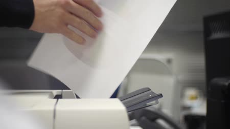 faks : man prints the document Stok Video