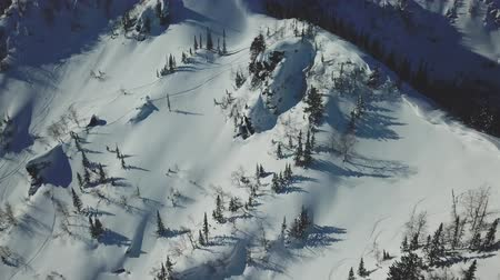 alaszka : Aerial drone shot ski trail of snowy mountain slope Stock mozgókép