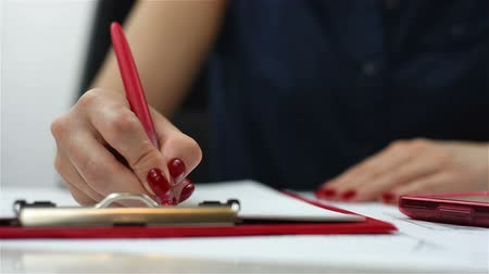 vágólapra : hand holding pen and writing on clipboard