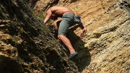 alpinista : Climber Descending On A Rock Stock Footage