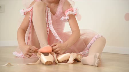 bale : Little Ballerina Girl  In Pink Tutu Gathers Her Pointe