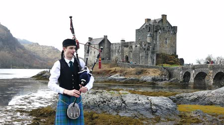 aeródromo : Scotland, MAR 27: 4K Video of Scotland style boy and Eilean Donan Castle on MAR 27, 2016 at United Kingdom. Stock Footage