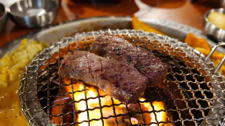 coreano : 4K Video of delicious Korean style Barbecue beef steak ate at Kang Hodong Baekjeong, Los Angeles, California