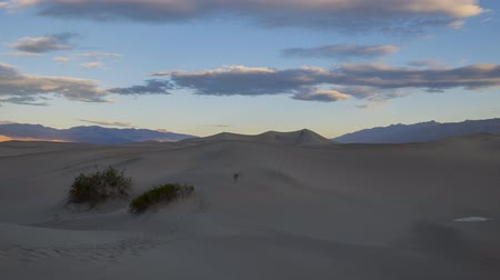 сухой : The Mesquite Flat Dunes and sunrise timelapse at Stovepipe Wells, Death Valley National Park Стоковые видеозаписи