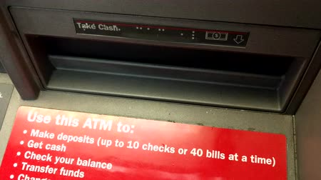 múltiplas : Getting out cash from an ATM machine at night