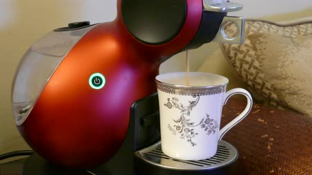 núpcias : The coffee machine is making coffee into a cup