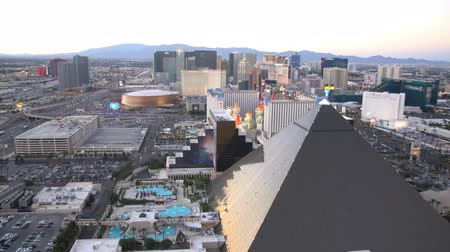 pyramida : Las Vegas, APR 30: 4K Video of superb sunset aerial view of Strip, Las Vegas and Casinos on APR 30, 2017 at Skyfall Loung, Mandaly Bay, Nevada