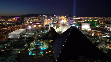 pyramida : Las Vegas, APR 30: 4K Video of superb night aerial view of Strip, Las Vegas and Casinos on APR 30, 2017 at Skyfall Loung, Mandaly Bay, Nevada