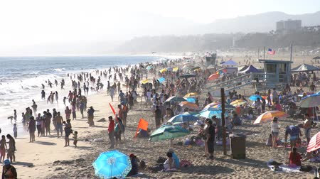 visitantes : Santa Monica, JUN 21: Many visitors on the beach on JUN 21, 2017 at Los Angeles County, California, United States Stock Footage