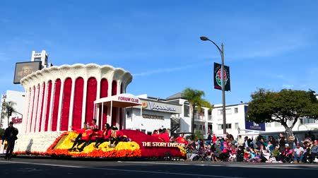 парад : Pasadena,  JAN 1: Forum Club float in the famous Rose Parade - Americas New Year Celebration on JAN 1, 2017 at Pasadena, California, United States Стоковые видеозаписи