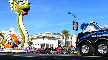 парад : Pasadena,  JAN 1: Cute dragon float of the famous Rose Parade - Americas New Year Celebration on JAN 1, 2017 at Pasadena, California, United States Стоковые видеозаписи