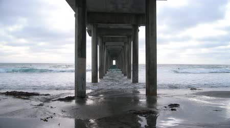 embarcaderos : Ellen Browning Scripps Memorial Pier en el condado de San Diego, California Archivo de Video