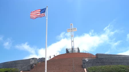 veterano : San Diego, JUN 29: The Mt. Soledad National Veterans Memorial on JUN 29, 2018 at San Diego, California Stock Footage