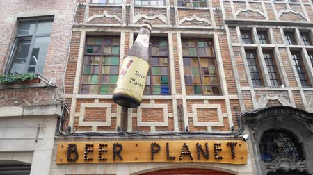 brüksel : Brussels, APR 29: Exterior view of the Beer Planet alcohol store on APR 29, 2018 at Brussels, Belgium Stok Video