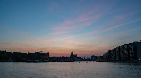 para a frente : Sunset to night timelapse footage of the Church of Saint Nicholas and cityscape at Amsterdam, Netherlands
