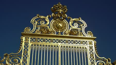 královský : The goldern gate of the famous Palace of Versailles at France
