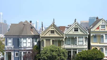 viktoriánus : San Francisco, AUG 18: Afternoon view of the famous Painted Ladies with downtown building on AUG 18, 2018 at San Francisco, California Stock mozgókép