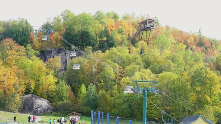 visitantes : Quebec, OCT 3: Cable car station of Mont-Tremblant National Park on OCT 3, 2018 at Quebec, Canada Stock Footage