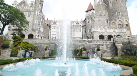 посещающий : Toronto, SEP 29: Exterior view of the famous Casa Loma on SEP 29, 2018 at Toronto, Canada Стоковые видеозаписи
