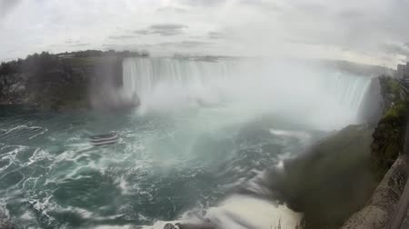 посещающий : The beautiful Niagara Falls in a cloudy day at Canada Стоковые видеозаписи