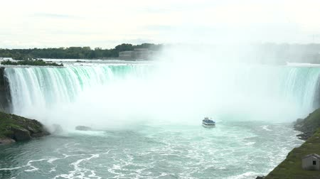 Онтарио : Tourist ship driving into the beautiful Horseshoe Falls at Canada