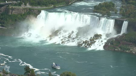 подкова : Aerial view of a tourist ship driving pass the beautiful Niagara Falls at Canada