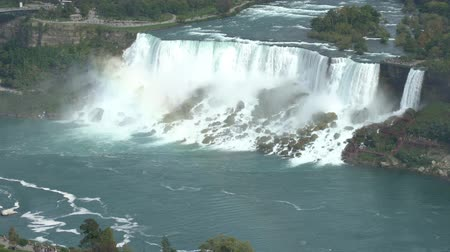 fer a cheval : Aerial timelapse of a tourist ship driving pass the beautiful Niagara Falls at Canada Vidéos Libres De Droits
