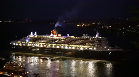 kraliçe : Night view of Queen Mary 2 driving out the harbor at Quebec, Canada