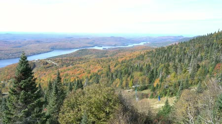 посещающий : Aerial view of Mont-Tremblant National Park with Lake Tremblant in fall color at Quebec, Canada Стоковые видеозаписи