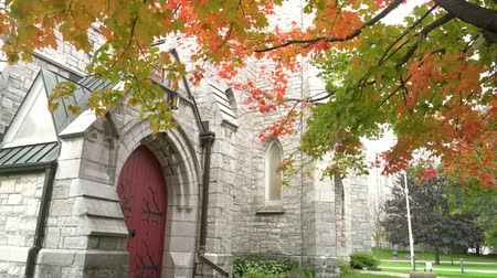 populair : Herfstkleur van de St. James Anglicaanse kerk in Kingston, Canada