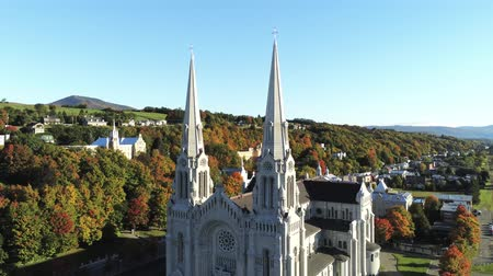 venkovský : Aerial view of the Basilica of Sainte-Anne-de-Beaupre church with beautiful fall color at Quebec, Canada Dostupné videozáznamy