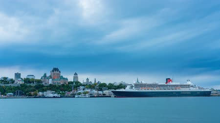 se movendo para cima : Sunset to night timelapse of the Quebec city skyline with Fairmont Le Château Frontenac, Queen Mary 2 at Quebec, Canada