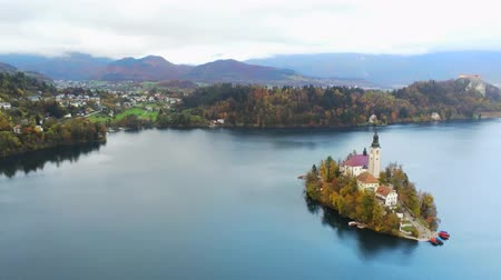 slovenya : Aerial view of the famous Lake bled with the tiny island and Pilgrimage Church of the Assumption of Maria at Slovenia Stok Video