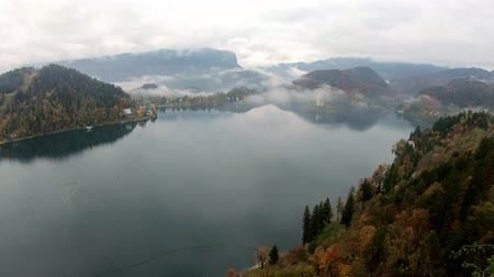 крошечный : Aerial view of the famous Lake bled with the tiny island and Pilgrimage Church of the Assumption of Maria at Slovenia Стоковые видеозаписи