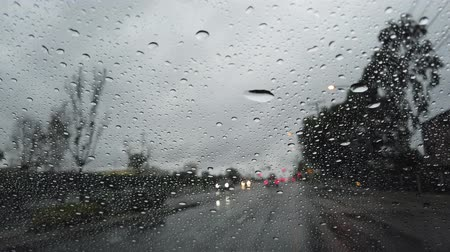 реальное время : Driving in the rainy Los Angeles urban at California