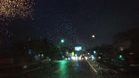 реальное время : Night driving in the rainy Los Angeles urban at California