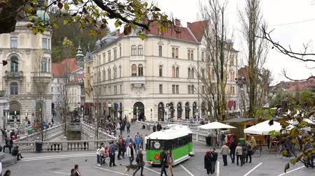 ljubljana : Ljubljana, NOV 3: Triple Bridge and tourist car in Prešeren Square on NOV 3, 2018 at Slovenia Stock Footage