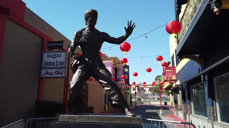 brons : Los Angeles, 9 februari: Bruce Jun Fan Lee-standbeeld en Chinese Nieuwjaarsdecoratie van China Town op 9 februari 2019 in Los Angeles, Californië