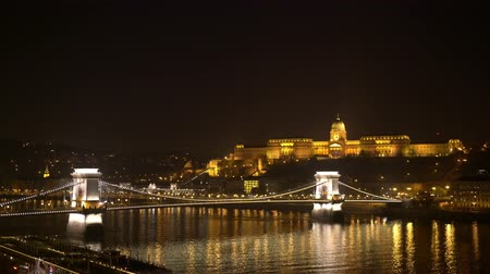 budapeszt : Night view of the famous Széchenyi Chain Bridge with Buda Castle at Budapest, Hungary Wideo
