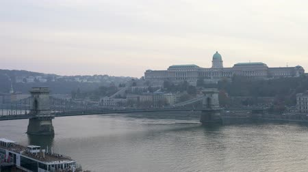 süspansiyon : Afternoon view of the famous Széchenyi Chain Bridge with Buda Castle at Budapest, Hungary Stok Video