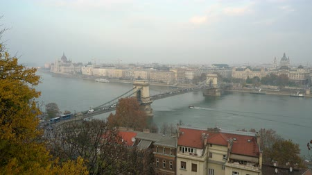 süspansiyon : Afternoon aerial view of the famous Széchenyi Chain Bridge at Budapest, Hungary Stok Video